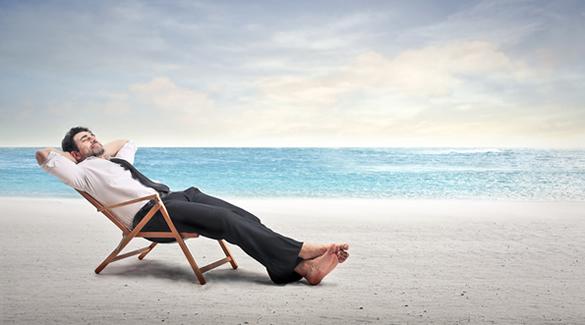Biznesmen przebywający na plaży podczas wyjazdu firmowego